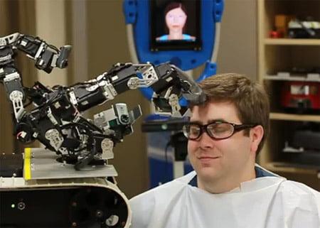 primul robot frizer din lume. un clip video spectaculos robot_headchop-1332312713202