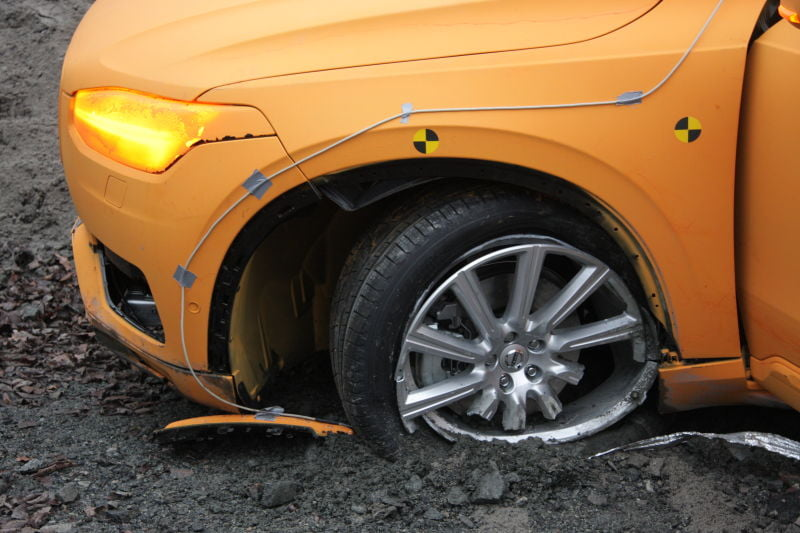 The-New-Volvo-XC90-crash-test-gadgetreport