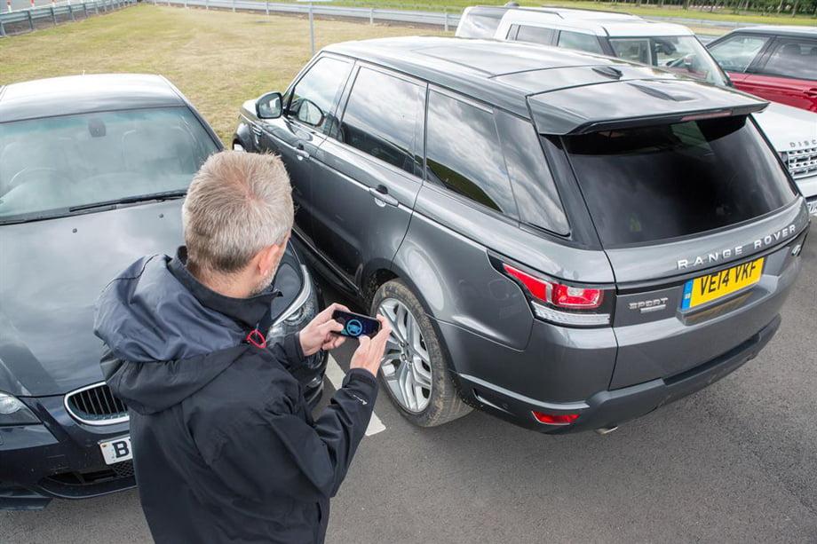 Cum să parchezi maşina cu telefonul mobil